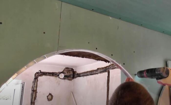 Ставим крепеж. /Фото: youtube.com.
