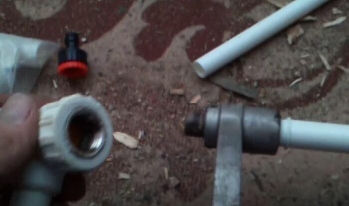 Используем паяльник для труб. /Фото: youtube.com.