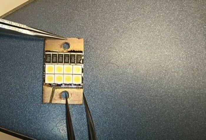 Ставим на пластинку диоды. /Фото: youtube.com.