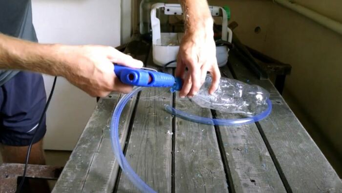 Используем клей для сборки. /Фото: youtube.com.