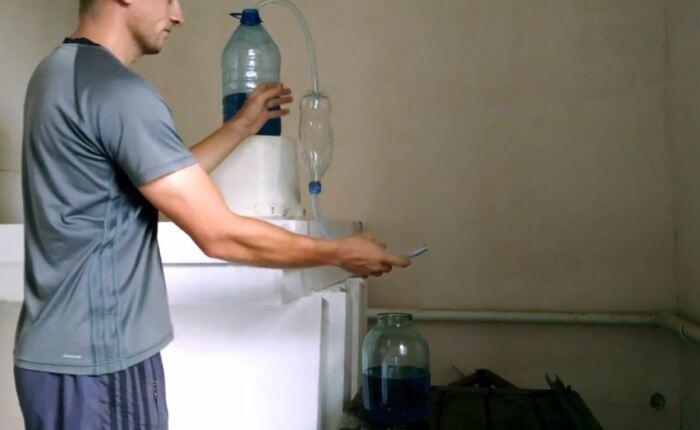 Просто жмякаем бутылку - и топливо само потечет. /Фото: youtube.com.