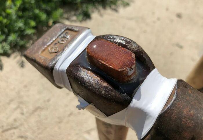 Заливаем молоток смолой. /Фото: ya.ru.