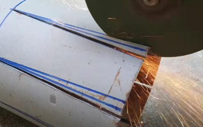 Размечаем углы и вырезаем. /Фото: youtube.com.