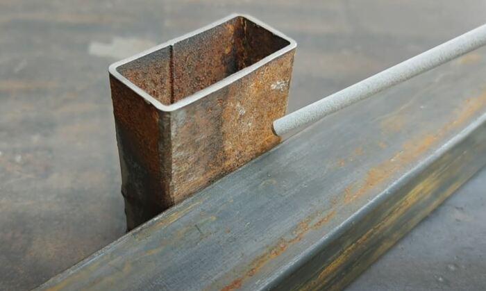 Отрываем электрод ненадолго. /Фото: youtube.com.