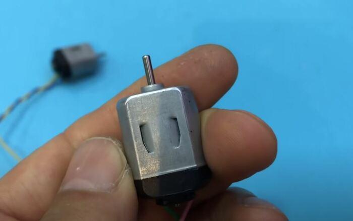 Сначала двигатель нужно разобрать. /Фото: youtube.com.