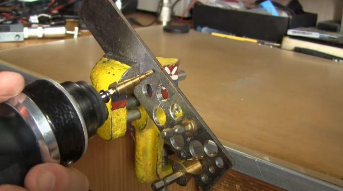 Проверять сверло нужно после каждого этапа заточки. /Фото: youtube.com.