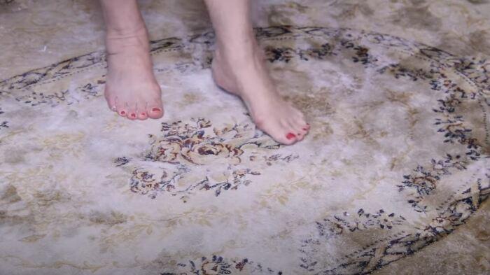 Соль и сода втираются в ковер. /Фото: youtube.com.