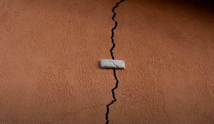 Сначала нужно проверить, осел ли фундамент. /Фото: youtube.com.