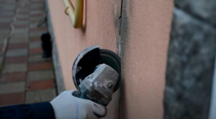 Расширяем зазор для удобства работы. /Фото: youtube.com.