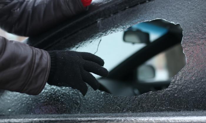 Разбивают стекло и воруют. /Фото: Яндекс.Новости.