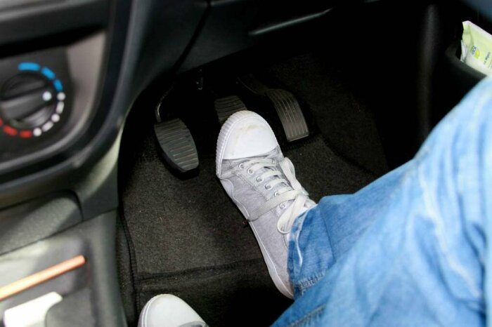 Тормоз все равно нужно давить. /Фото: shnyagi.net.