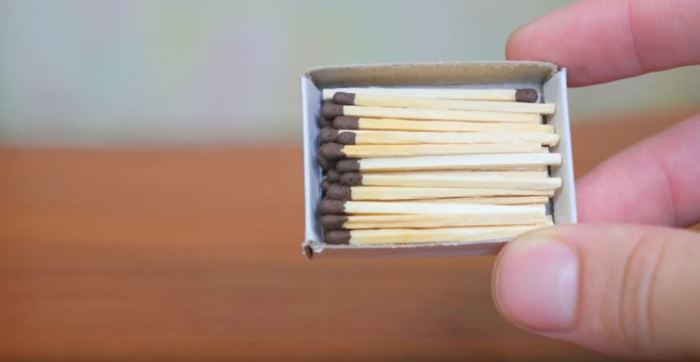 Берем спички. /Фото: youtube.com.