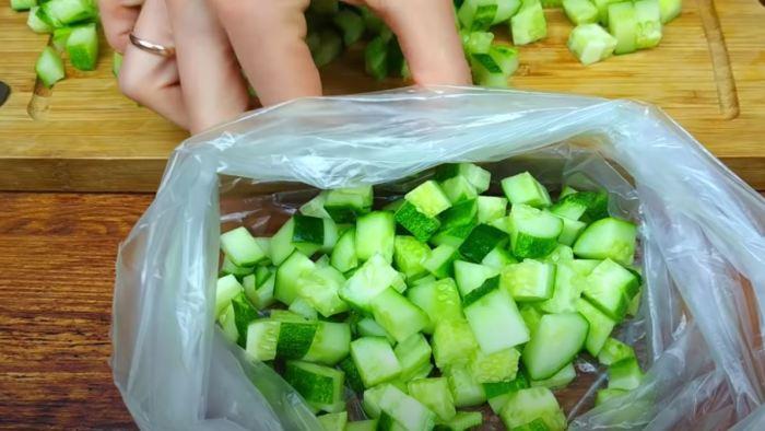 Складываем крошку в чистый пакет. /Фото: youtube.com.