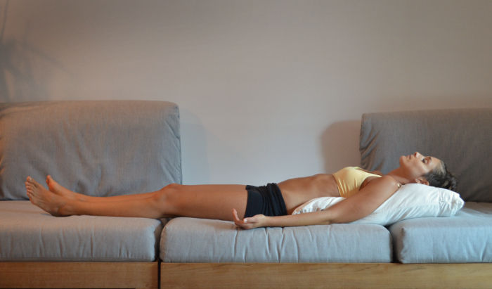 Лечь ровно и расслабиться. /Фото: insideryoga.com.