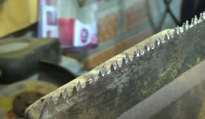 Сначала ножовку нужно зажать. /Фото: youtube.com.