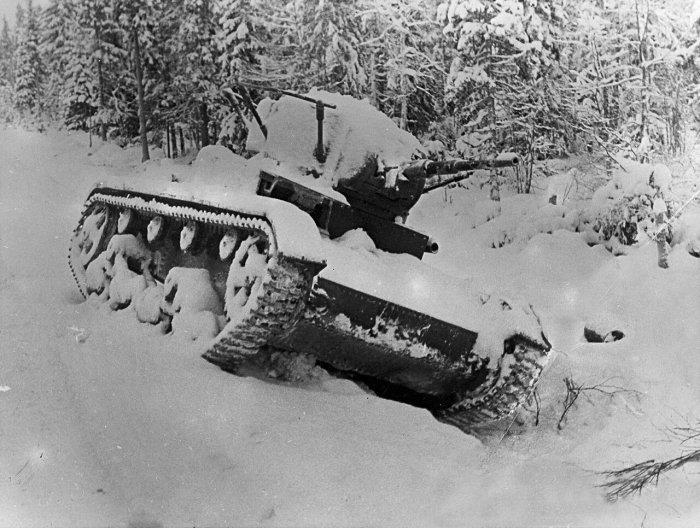 Завести танк зимой не просто. /Фото: livejournal.com.