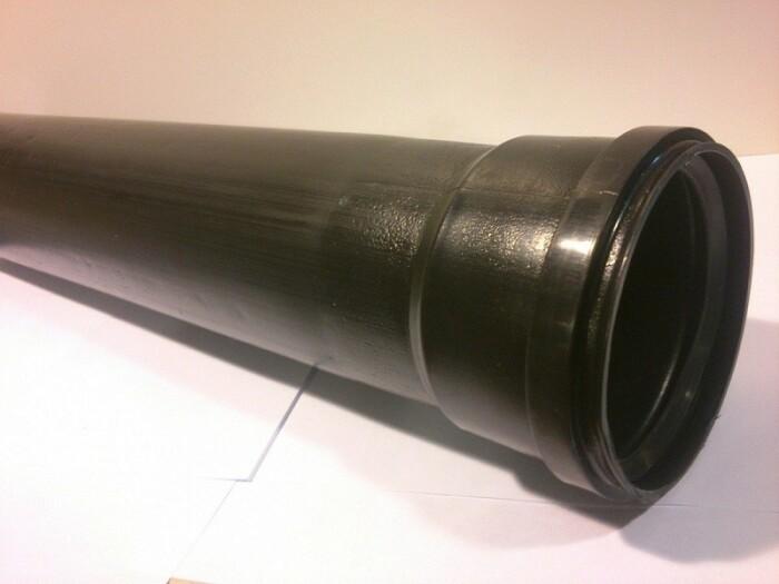 Черные трубы по сути являются универсальными. /Фото: kit-engineering.ru.