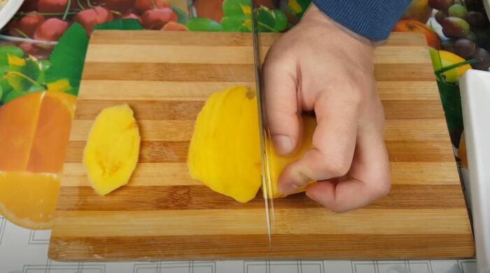 Чистим и режем картофель соломкой. /Фото: youtube.com.