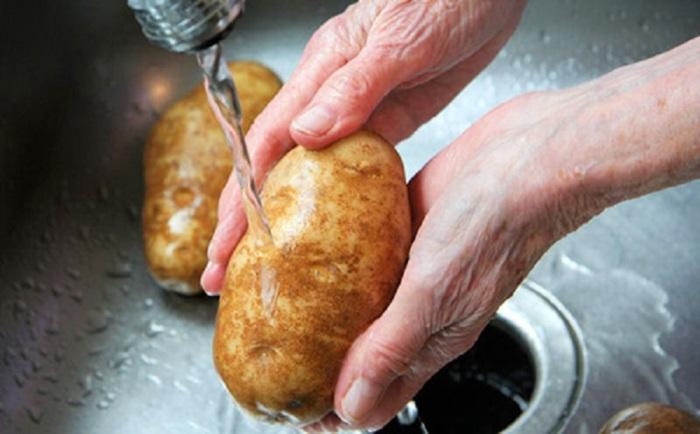 Берем картошку и хорошенько моем. /Фото: dachaa.ru.