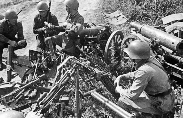 Советские солдаты тоже собирали каски немцев, но отправляли их на переплавку. /Фото: wholeworldmen.ru.