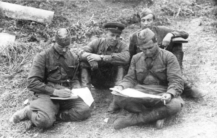 К концу войны была очень популярная обувь. /Фото: waralbum.ru.