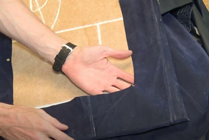 Оборачиваем фанеру тканью. /Фото: youtube.com.