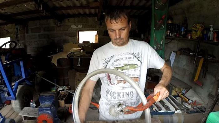 Готовим колесо от велосипеда. /Фото: youtube.com.