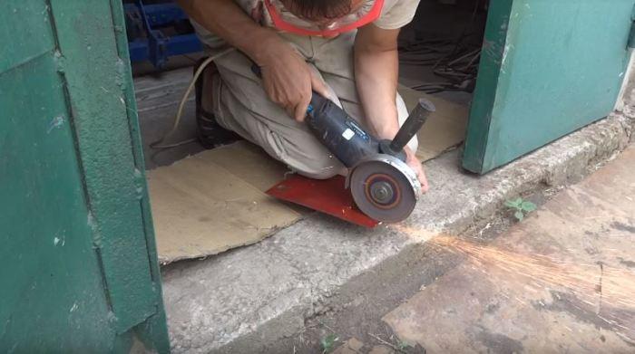 Вырезаем пластины из металла. /Фото: youtube.com.