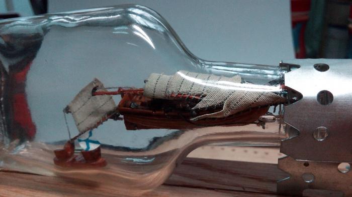Кораблик в сложенном виде пропихивают внутрь, после чего остается лишь потянуть за нитку. /Фото: karopka.ru.