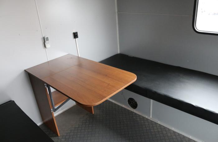 Есть откидной столик.