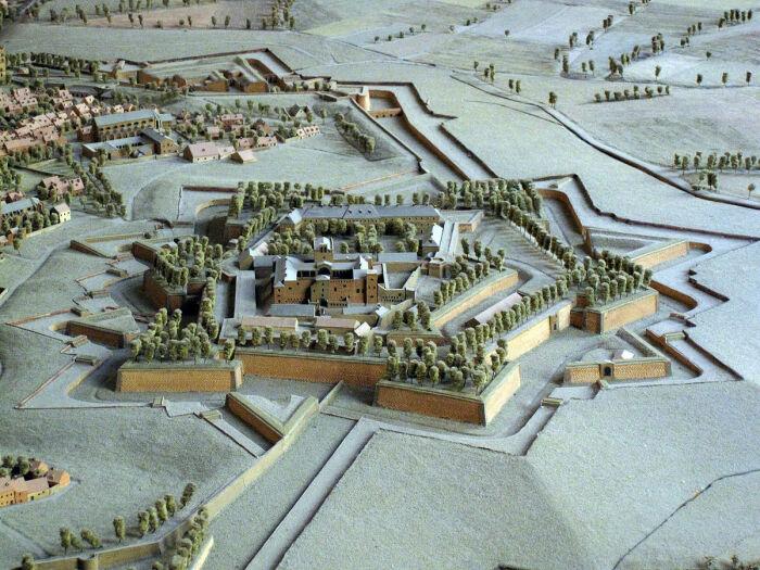 Появились такие крепости в результате развития артиллерии. /Фото: wikimedia.org.