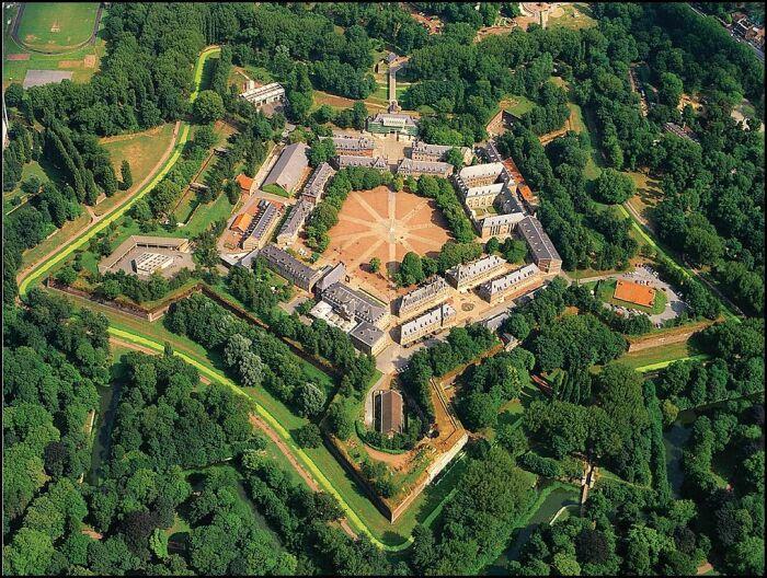 Будущий маршал создаст для Франции сотни крепостей. /Фото: skyscrapercity.com.
