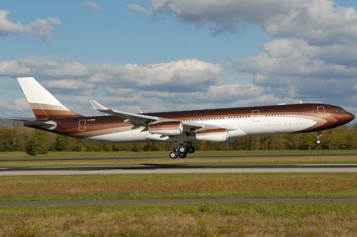 Большой и быстрый самолет.