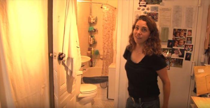 Туалет достаточно большой.