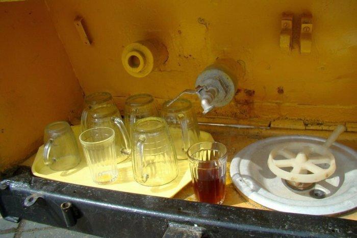 Кружки мылись из шланга. /Фото: yandex.com.