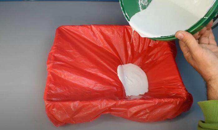 Натягиваем пакет. /Фото: youtube.com.