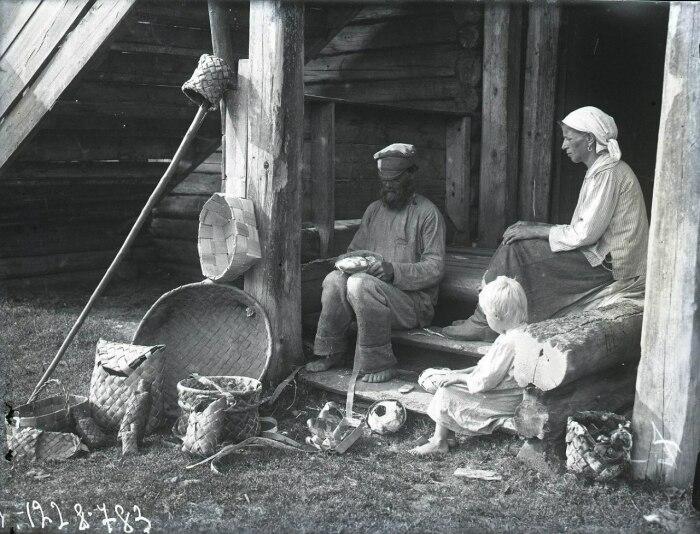 Вязать лапти самостоятельно крестьяне могли не везде. /Фото: perunica.ru.