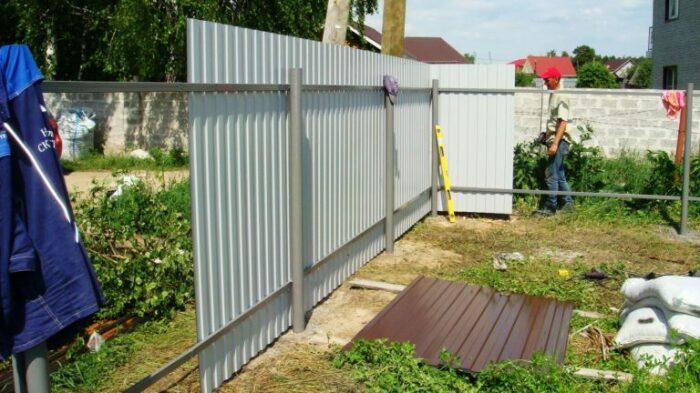 Забор нужно ставить правильно. /Фото: vosaduly.ru.