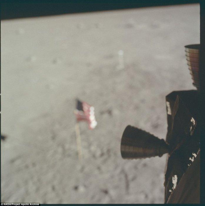 Флаг был оставлен на поверхности спутника.