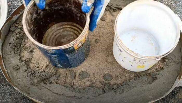 Делаем засыпку песком и заливку цементом. /Фото: youtube.com.