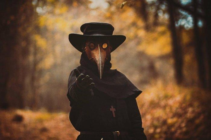 На самом деле костюм доктора состоял не только из маски. /Фото: yandex.com.tr.