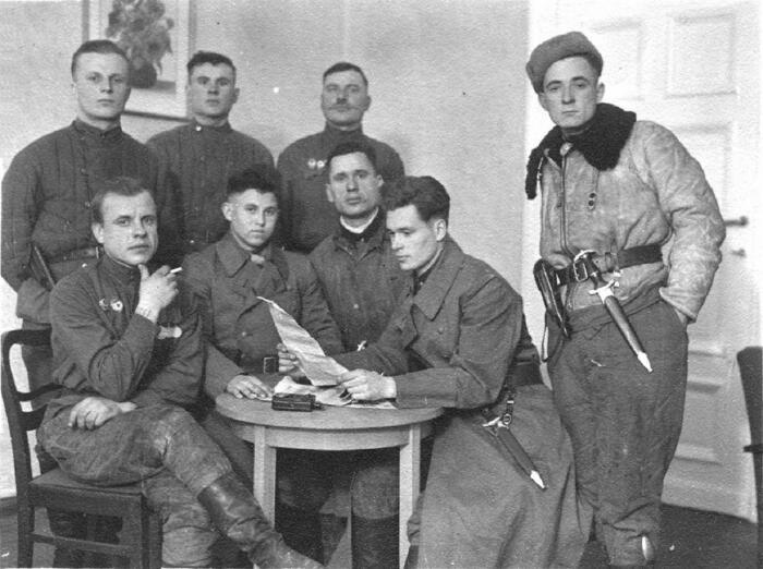 Советские солдаты часто забирали кинжалы себе в качестве трофеев. Вопреки популярному мифу, никто не заставлял их счищать с них никакие гравировки в годы войны. /Фото: rusknife.com.