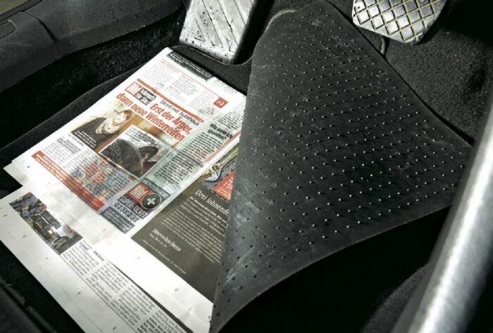 Газета - самый простой и эффективный способ удаления воды. /Фото: vk.com.