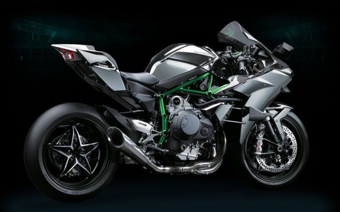 Отлично выглядит  Kawasaki Ninja H2R для своих лет.