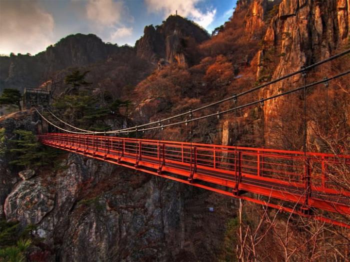 Мост Даедунсан выглядит пугающе.