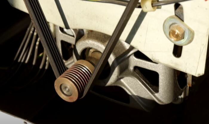 Сначала двигатель нужно снять. /Фото: youtube.com.