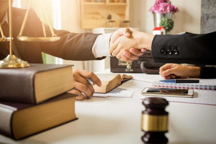 На каких условиях адвокат согласился работать - вообще не дело полиции. /Фото: advocatlsg.ru.