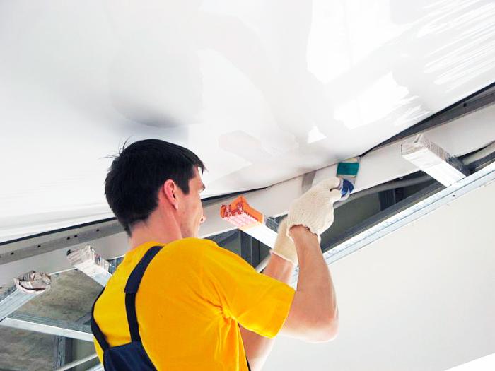Если брать натяжной потолок, то только качественный. /Фото: nevapotolok.ru.