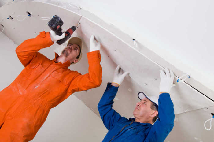 После установки натяжного потолка могут появится проблемы с доступом к коммуникациям. /Фото: intalia.by.