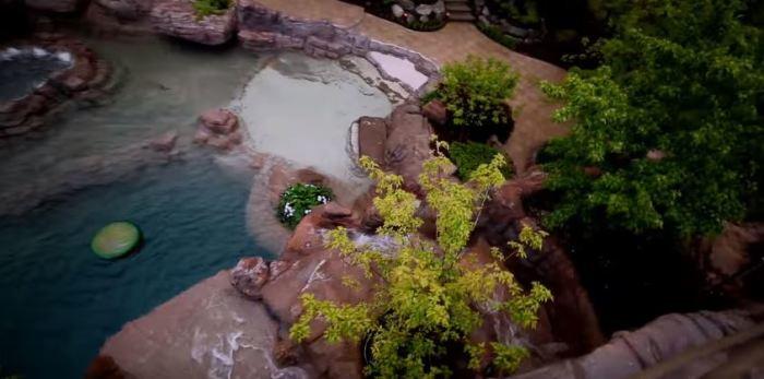 Высокая скала - центр бассейна.